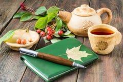 Чай утра, дневник, sprig китайских яблок Стоковое фото RF