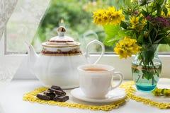 Чай утра около окна Стоковое фото RF