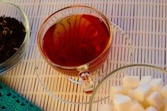 Чай утра стеклянная чашка с сахаром Стоковые Фото