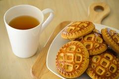 Чай утра с печеньями На светлом деревянном столе Стоковые Изображения