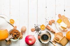 Чай утра с плодоовощ и candied плодоовощ деревянное предпосылки белое Стоковые Изображения