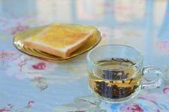 Чай утра с хлебом на таблице Стоковые Изображения RF