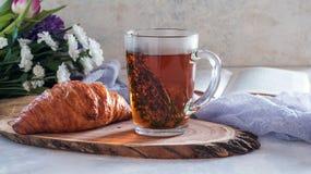 Чай утра травяной с тимианом и круассаном Стоковое Фото