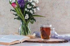 Чай утра травяной с тимианом и круассаном Стоковые Изображения