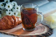 Чай утра травяной с тимианом и круассаном Стоковые Изображения RF