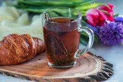 Чай утра травяной с тимианом и круассаном Стоковое Изображение RF