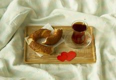 Чай утра турецкий в традиционном стекле с бейгл на подносе Стоковая Фотография