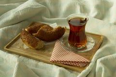 Чай утра турецкий в традиционном стекле с бейгл на подносе, Стоковое Фото
