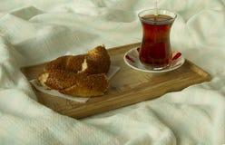 Чай утра турецкий в традиционном стекле с бейгл на подносе, Стоковые Фотографии RF