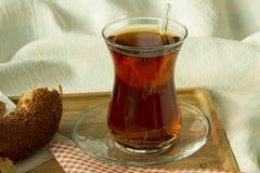 Чай утра турецкий в традиционном стекле с бейгл на подносе, Стоковые Изображения