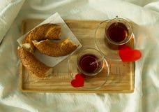 Чай утра турецкий в традиционном стекле с бейгл на подносе Стоковое Фото