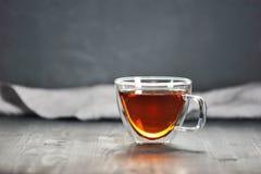 Чай утра черный в прозрачной кружке Стоковые Изображения