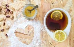 чай формы сердца чашки стоковая фотография rf
