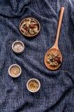 Чай хризантемы, чай цветка - китайский традиционный травяной чай m Стоковое фото RF