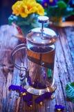 Чай цветка в стекловарном горшке на деревянном столе Стоковое фото RF