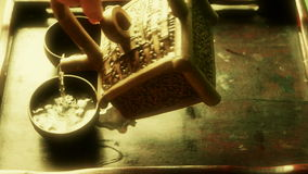 Чай чайника лить, старые таможни отдыха фарфор, Япония, вода сток-видео