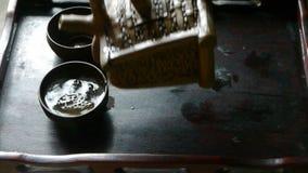 Чай чайника лить, старые таможни отдыха фарфор, Япония сток-видео