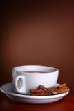Чай чашки горячий на коричневой предпосылке Стоковая Фотография