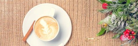 Чай чашки кофе или chai с искусством latte и оформлением рождества Le Стоковая Фотография