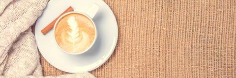 Чай чашки кофе или chai с искусством latte Концепция часов досуга Стоковое фото RF
