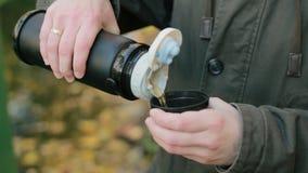 Чай человека лить от thermos сток-видео
