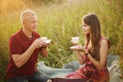 Чай человека и женщины выпивая стоковое фото rf