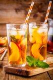 Чай льда персика в стекле с мятой Стоковая Фотография RF