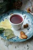 Чай ягоды с известкой и печеньями Стоковое фото RF