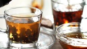 Чай brew в красивой стеклянной чашке видеоматериал