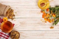 Чай Calendula с свежими и высушенными цветками на белой деревянной предпосылке с космосом экземпляра для вашего текста Взгляд све Стоковые Фотографии RF