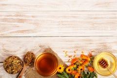 Чай Calendula с свежими и высушенными цветками на белой деревянной предпосылке с космосом экземпляра для вашего текста Взгляд све Стоковые Фото