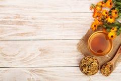 Чай Calendula с свежими и высушенными цветками на белой деревянной предпосылке с космосом экземпляра для вашего текста Взгляд све Стоковое Фото
