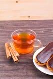 Чай, eclairs и циннамон Стоковые Фотографии RF
