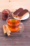 Чай, eclairs и циннамон Стоковое Изображение