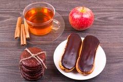 Чай, eclairs и циннамон Стоковые Изображения