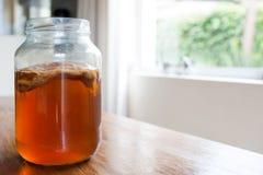 Чай Kombucha в стеклянном опарнике Стоковые Фотографии RF