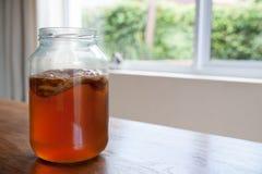 Чай Kombucha в стеклянном опарнике Стоковая Фотография RF