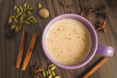 Чай Masala с специями на таблице Стоковая Фотография