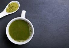 Чай Matcha в чашке на черной предпосылке Стоковая Фотография RF