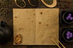 Чай Oolong в деревянной ложке на предпосылке старых винтажных книг Стоковая Фотография RF