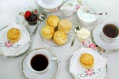 чай scones devonshire Стоковые Фотографии RF