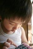 чалькулятор мальчика используя Стоковая Фотография