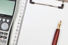 Чалькулятор на ручке тетради и правителе. Стоковые Изображения