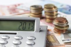 Чалькулятор показывая 2013 на предпосылке евро Стоковые Изображения RF