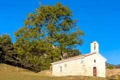 часовня в ландшафте осени, Провансаль, Франция стоковое изображение rf