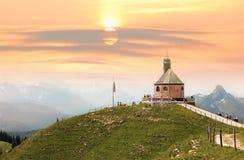 Часовня на заходе солнца, баварские горные вершины Wallberg, Германия Стоковые Фото