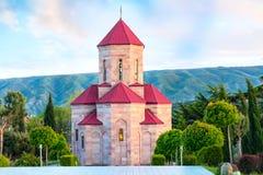 Часовня около панорамы захода солнца церков святой троицы в Тбилиси, Georgia стоковое фото rf