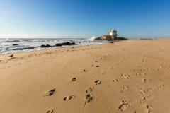 Часовня Senhor da Pedra на Прая de Miramar пляжа Miramar, Vila Нове de Gaia Стоковые Изображения RF