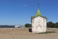 Часовня St. John баптист на банках реки Sheksna, около зоны Vologda монастыря Voskresensky Goritsky Стоковые Изображения