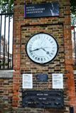 Часовой пояс часов обсерватории Гринвича на кирпичной стене Стоковая Фотография